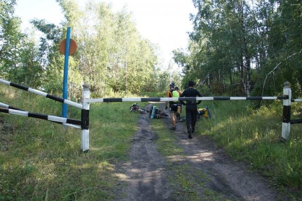 Шлагбаум на въезде в заповедник со стороны Верхнеаршинского